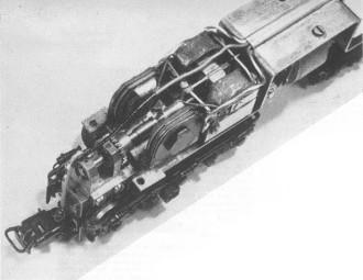 CLOSE-UP VAN HET INTERIEUR. Men, ziet hier tevens details van de hoog-fre-quent treinverlichting. In het artikel over de elektrische installatie komt dat eveneens ter sprake.