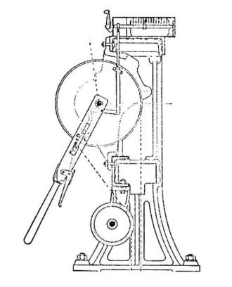 Fig. 5a - Doorsnede toestel model S. & H. De linialenkast, hier nog voor 14 linialen, is bij latere toestellen naar achteren verlengd en geschikt gemaakt voor 28 linialen. Voor de bouw van toestellen met een groot aantal linialen werd het frame verbreed, zodat meerdere linialenkasten achter elkaar konden worden gemonteerd. De assen werden dan gekoppeld d.m.v. koppelbussen.