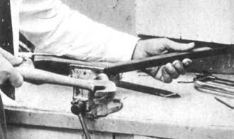 Als de hoek van de juiste grootte uit het ijzer is gezaagd, kan het op de aangegeven wijze worden omgebogen en zo nodig met de hamer even worden bij getikt.