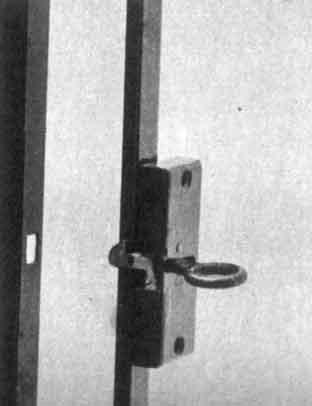 Met een snapslot kan de deur van het kasje gesloten worden. Er zijn echter