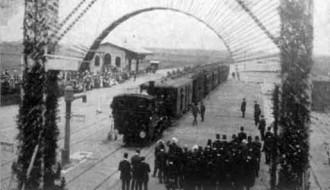 Afb. 4 - Feesttrein met H.S.M. loc. serie 1005 te Aalsmeer. 2 aug. 1912. (Foto: Spoorwegmuseum)