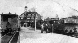 Afb. 3 - Voor vertrek gereedstaande trein met loc. serie 7000. Station Amsterdam-Haarlemmermeer. 20 okt. 1935.